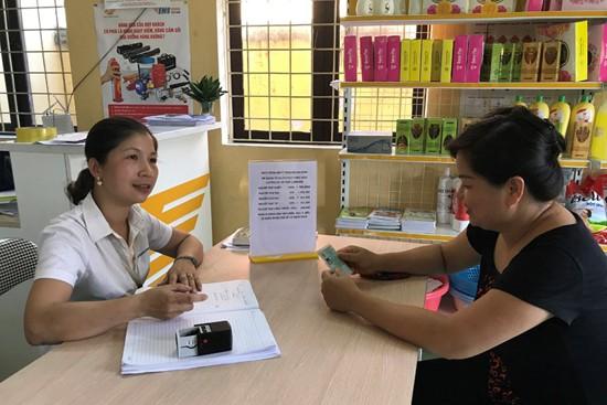 Chị Nguyễn Thị Minh Hòa (áo đen), cụm 4, xã Phụng Thượng, tỏ vẻ nuối tiếc giá như mua bảo hiểm y tế sớm hơn khoảng 1 tháng thì đã có thể tiết kiệm được 80.000 đồng.