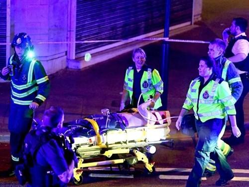 Người bị thương được đưa đi cấp cứu sau vụ tai nạn. Ảnh: Rex/Shutterstock