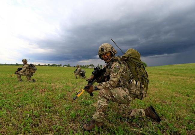 Quân lính Anh tham gia tập trận mô phỏng phòng thủ Hành lang Suwalki ở Mikyciai, Lithuania, ngày 17/6/2017.