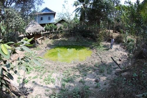 Khắp làng Prey Kdei là những hố bom khổng lồ.