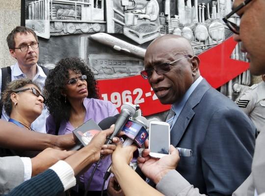 Ông Warner (phải), cựu Phó Chủ tịch FIFA, cho biết có nhận tiền từ FIFA. Ông là 1 trong 14 người bị Mỹ khởi tố Ảnh: REUTERS