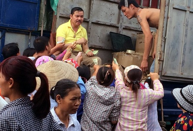 Tại chợ Long Biên, quả thanh mai được dân buôn tranh nhau mua