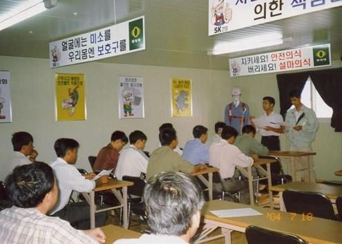 Lao động Việt Nam học về an toàn lao động tại Hàn Quốc.