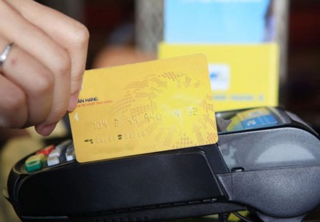 Ngân hàng, điểm chấp nhận thanh toán và chủ thẻ đều có lợi khi việc rút tiền mặt núp bóng tiền mua hàng hóa (Ảnh mang tính minh họa)