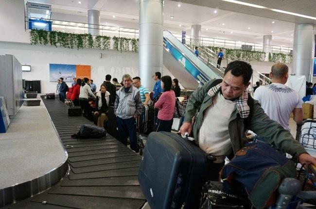 Hành khách nhận hành lý tại Sân bay Quốc tế Tân Sơn Nhất