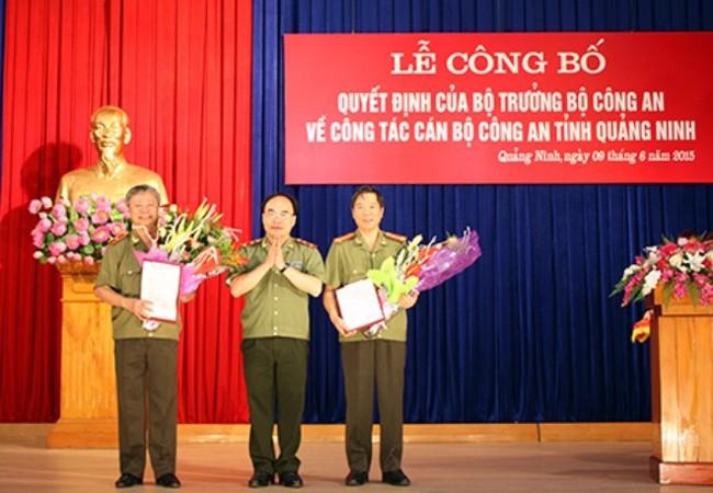 Trung tướng Bùi Quang Bền trao quyết định của Bộ Công an cho 2 đồng chí: Vũ Chí Thực và Đỗ Văn Lực