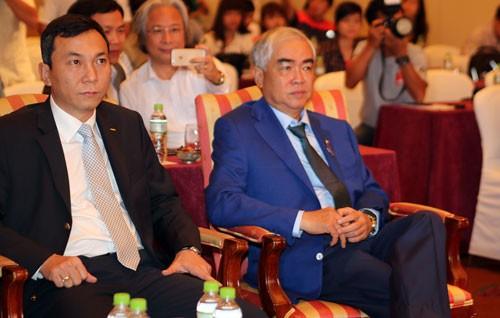 Phó Chủ tịch Trần Quốc Tuấn và Chủ tịch Lê Hùng Dũng trong một hội nghị của VFF