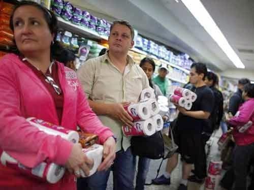 Người dân Venezuela đổ xô đi mua giấy vệ sinh tránh trường hợp khan hiếm hàng