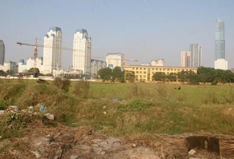 Hơn 4 năm trôi qua, dự án hiện vẫn là bãi cỏ hoang nằm trong lòng khu đất vàng của thành phố Hà Nội.