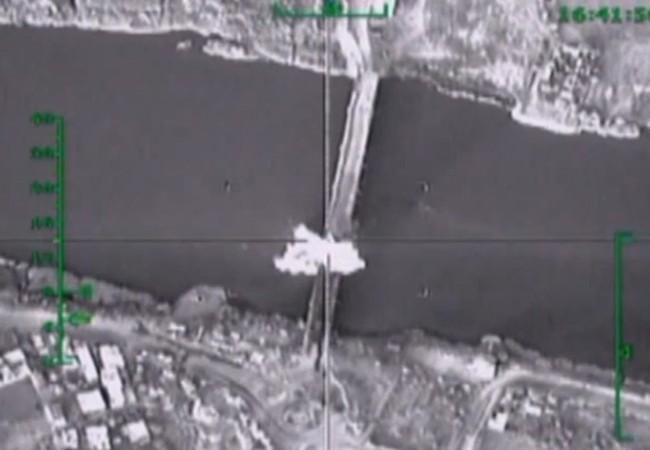 Cây cầu bắc qua sông Euphrate ở bắc Syria bị máy bay Nga đánh sập