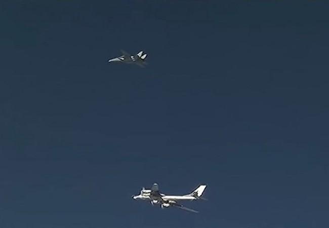 Phía trên là 1 chiếc F-14 của Iran đang bay hộ tống chiếc máy bay ném bom Tu-95MS của Nga phía dưới