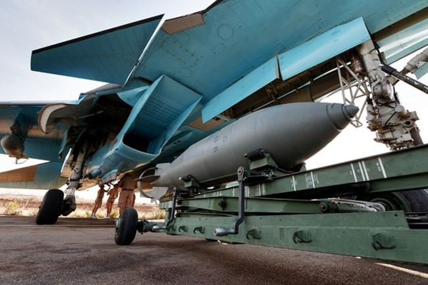 """Clip cận cảnh cách """"thú mỏ vịt"""" Su-34 ném bom đánh IS"""