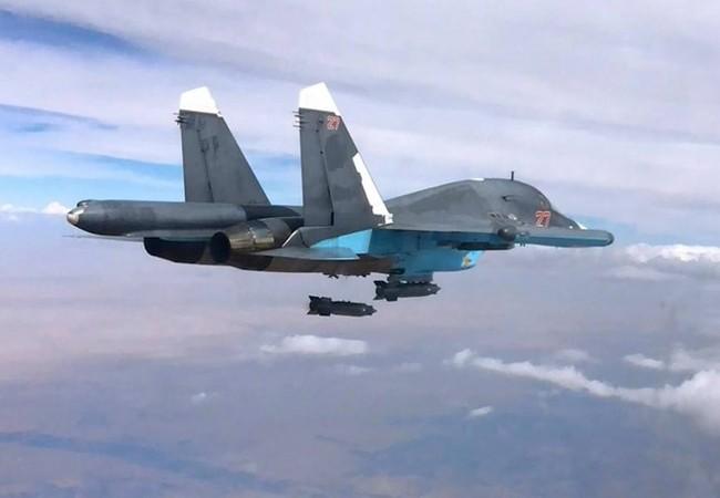 Máy bay ném bom Su-34 của Nga thả bom thông thường ở Syria, nhưng rơi chính xác vào mục tiêu như bom thông minh, nhờ có trang bị hệ thống SVP-24 trên máy bay - Ảnh: Bộ Quốc phòng Nga