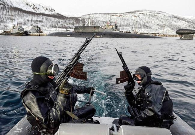 Đặc nhiệm dưới nước của Hạm đội Phương Bắc tập luyện đầu năm 2016, bài tập bảo vệ căn cứ tàu ngầm hạt nhân - Ảnh: Hạm đội