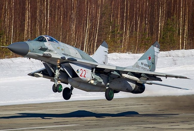 Một chiếc Mig-29SMT- bản Mig-29M của không quân Nga với bình nhiên liệu phụ sau buồng lái.