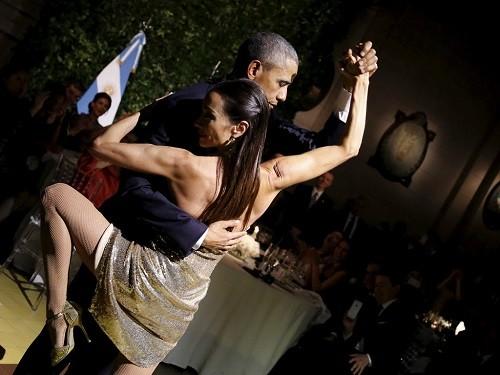 Tổng thống Obama sánh đôi cùng nữ vũ công xinh đẹp trong tiệc chiêu đãi chính thức ở Bueno Aires.