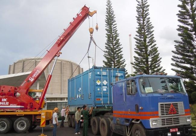 Vận chuyển số uranium đợt 2 từ lò phản ứng Đà Lạt về sân bay Biên Hòa để đưa trả sang Nga, ngày 3.7.2013 - Ảnh: IAEA