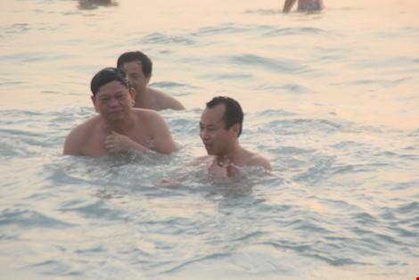 Video Bí thư, Chủ tịch TP Đà Nẵng tắm biển cùng dân