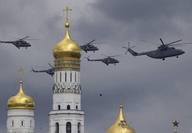 Trực thăng quân sự Nga bay trên Tháp chuông Ivan Vĩ đại và nóc Điện Kremlin trong buổi tập duyệt cho lễ diễu binh mừng 71 năm ngày chiến thắng Phát xít tại thủ đô Moscow hôm 5/5.