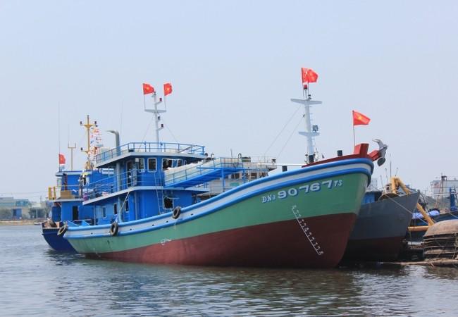 Tàu vỏ thép hành nghề lưới rê đầu tiên tại Đà Nẵng được hạ thủy sáng nay. Ảnh: Tấn Việt.