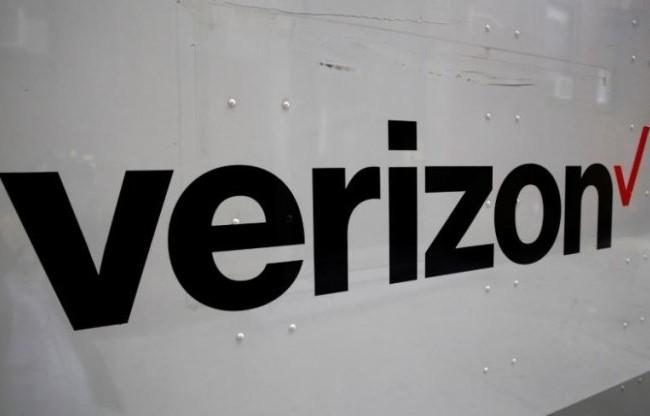 Logo của tập đoàn Verizon in bên sườn một chiếc xe tải tại thành phố New York, Mỹ - Ảnh: Reuters