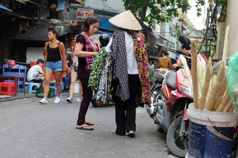 Bán hàng rong trong phố cổ Hà Nội. Nguồn: Internet