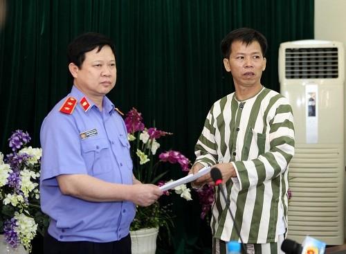 VKS trao quyết định đình chỉ thi hành án cho ông Nguyễn Thanh Chấn. Ảnh: Công lý