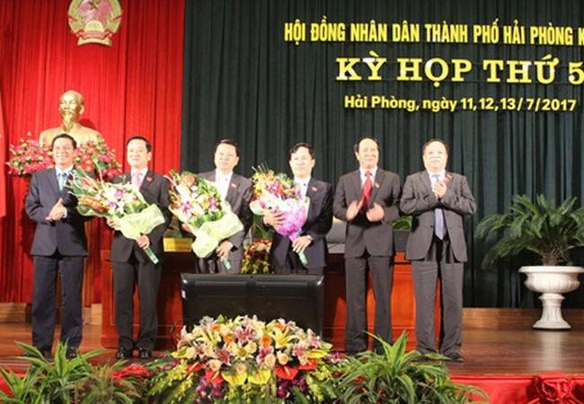 Hai tân Phó chủ tịch UBND thành phố Hải Phòng (người thứ 2 và 3 từ trái sang). Nguồn: haiphong.gov.vn