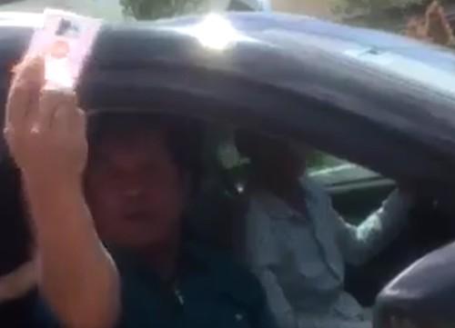 """Trung tướng nghỉ hưu Võ Văn Liêm lúc """"trao đổi"""" với CSGT ngày 14/7. Ảnh: Cắt từ video."""