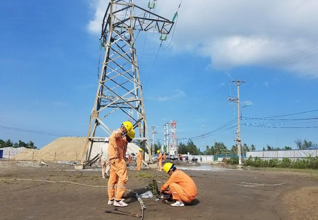 Cột điện đường dây 35kV vượt biển từ đất liền ra đảo Cát Bà bị hưu hỏng. Ảnh: Điện lực Hải Phòng