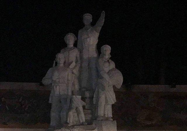 Hình ảnh bức tượng đài chiến thắng ở quảng trường Bắc Kạn bị gãy đổ. Ảnh: Dân trí