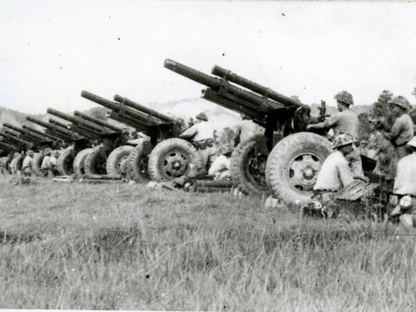 Lựu pháo mặt đất của Việt Nam trong chiến dịch Điện Biên Phủ (ảnh tư liệu)