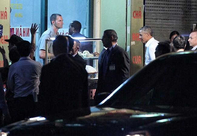 Tổng thống Mỹ đi ăn bún chả trong chuyến thăm Hà Nội.