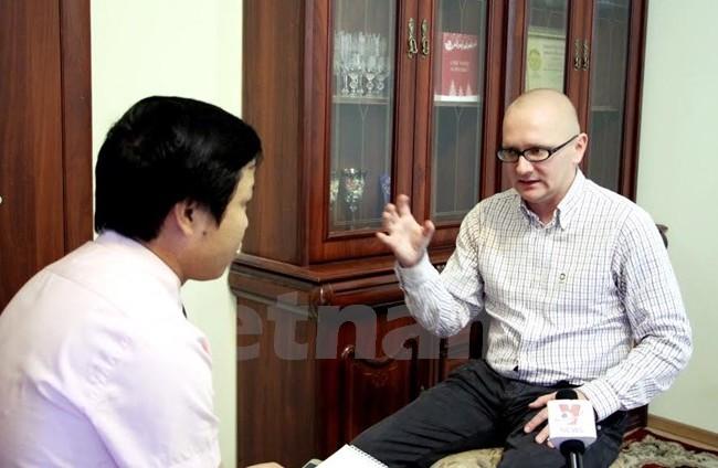 Chuyên gia Pavel Gudev trả lời phóng vấn phóng viên TTXVN. (Ảnh: Quang Vinh/Vietnam+)