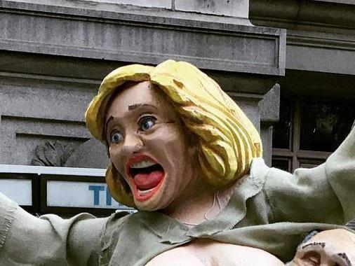 Đường phố ở New York lộn xộn vì bức tượng bà Clinton bán khỏa thân