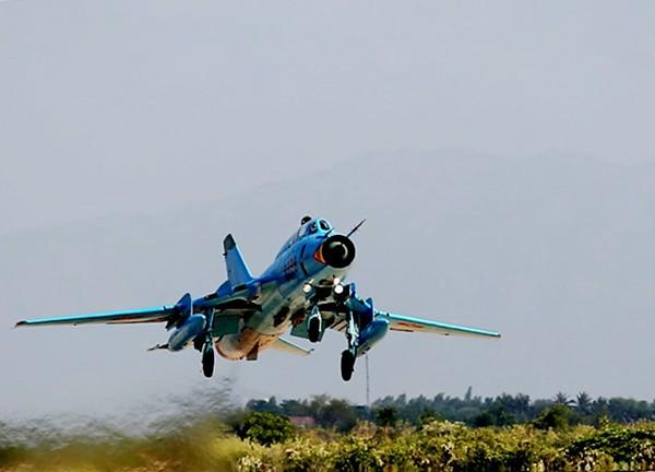 Máy bay Su-22M4 của Trung đoàn 937 cất cánh thực hiện chuyến bay trinh sát khí tượng.