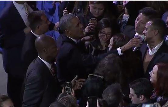 Tổng thống Obama đi bắt tay từng người