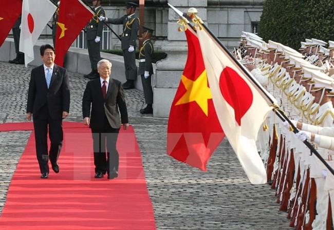 Thủ tướng Nhật Bản Shinzo Abe và Tổng Bí thư Nguyễn Phú Trọng duyệt đội danh dự trong chuyến thăm Nhật Bản của Tổng Bí thư hồi tháng 9/2015. (Ảnh: Trí Dũng/TTXVN)