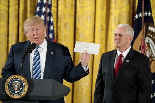 Tổng thống Trump khoe thư bí mật của ông Obama