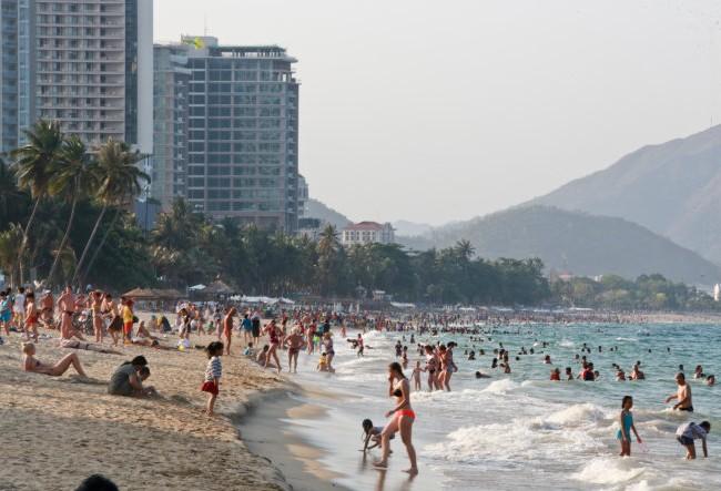 """""""Bãi biển phải dành cho mọi người, ai cũng có quyền đến để tắm, ngắm biển, đi dạo dọc bãi biển..."""" - Ảnh: Tiến Thành."""