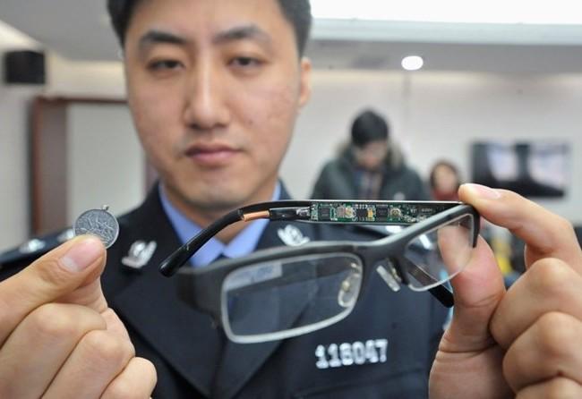 Một chiếc kính gắn camera bị tịch thu trong kỳ thi năm trước, với thiết bị thu sóng nhỏ như đồng xu.