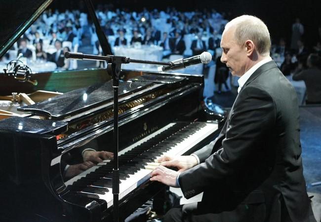 Tổng thống Nga Putin độc tấu một bản piano