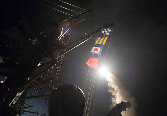 Khu trục hạm Mỹ phóng tên lửa Tomahawk tấn công căn cứ không quân Syria hôm 7/4