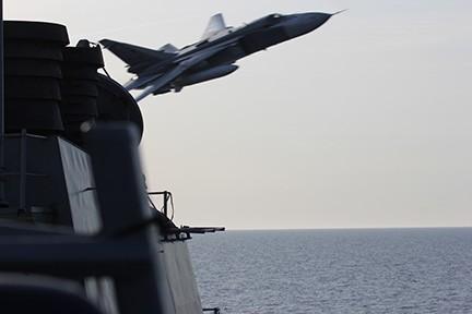 Máy bay cường kích Su-24 Nga bay sạt qua đầu khu trục hạm USS Donadl Cook trên biển Baltic