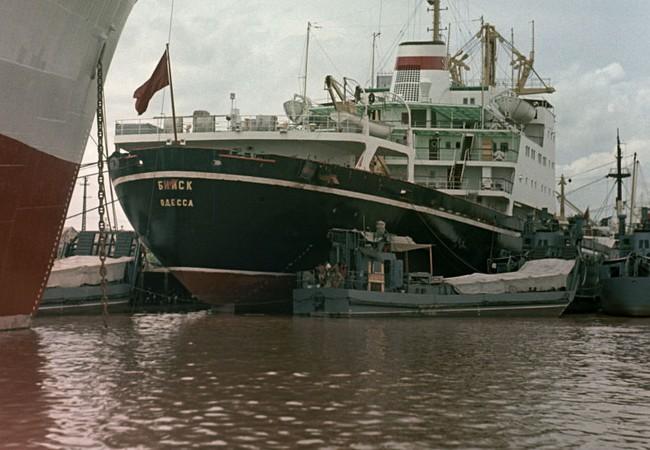 Một tàu chở hàng của Liên Xô cập cảng Việt Nam