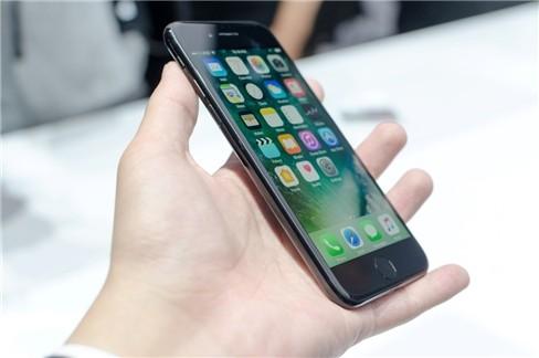 Máy có thiết kế không có nhiều khác biệt so với iPhone 6s/6s Plus.