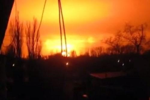 Quả cầu lửa xuất hiện trên bầu trời Donetsk sau vụ nổ rung chuyển thành phố.