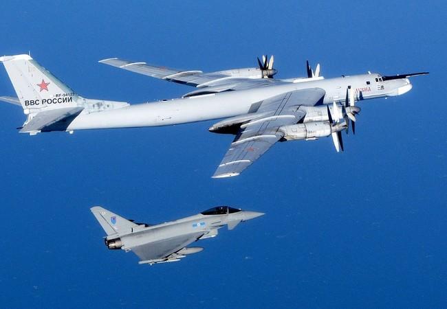 May bay Typhoons của RFA bay ngăn chặn và theo dõi Tu 95 của Nga.