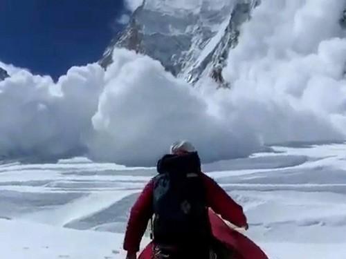 Khoảnh khắc lở tuyết chôn vùi trại leo núi Everest