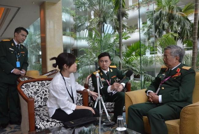 Thượng tướng Nguyễn Chí Vịnh trả lời phỏng vấn báo Asahi Shimbun (Nhật) - Ảnh: Quỳnh Trung